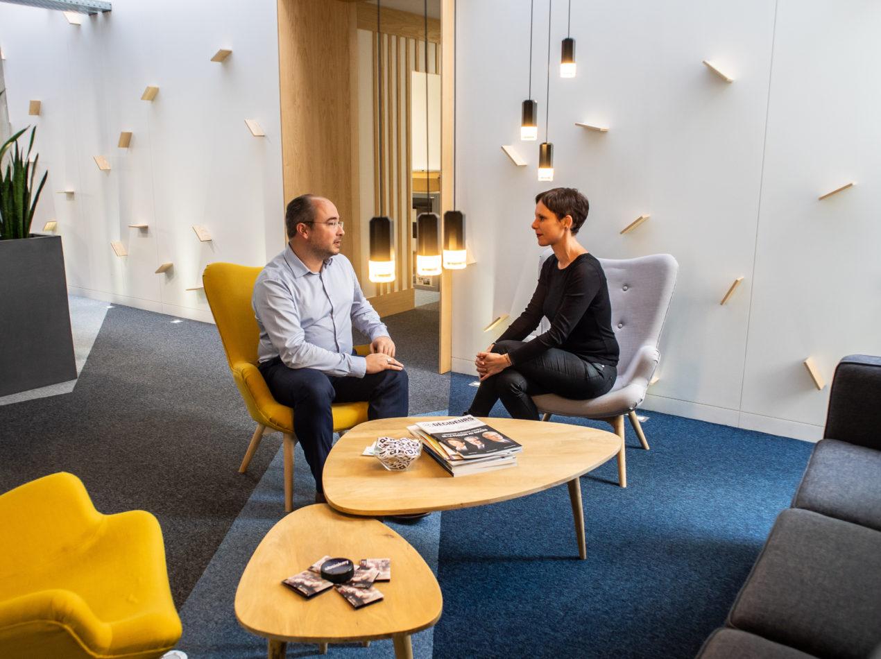 Deux conseillers Absiskey discutent de l'aide au financement de l'innovation pour les entreprises